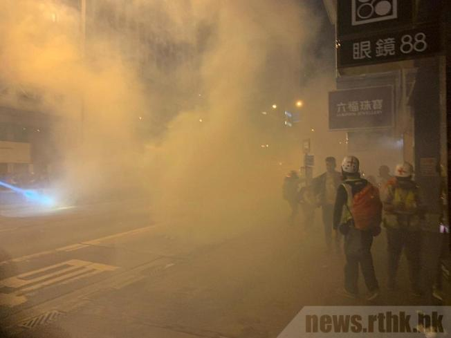 香港警方在旺角施放多枚催淚彈驅散。(取材自香港電台)