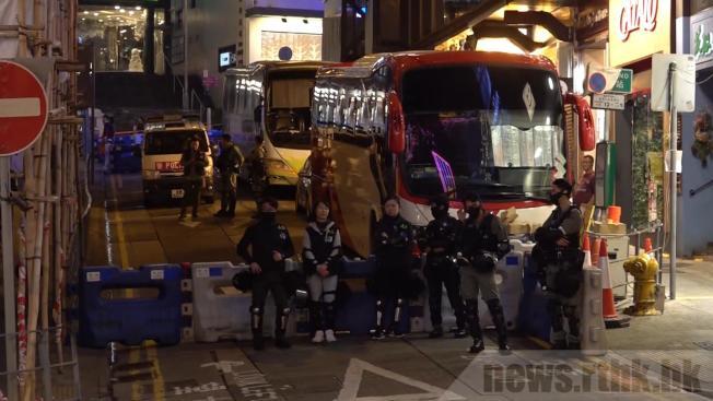 在蘭桂坊一帶,有防暴察員駐守。(取材自香港電台)