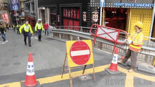 中環蘭桂坊24日下午開始分階段封路。(取材自香港電台)