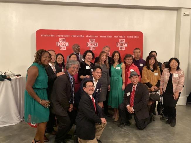 北卡副州長和2020州長候選人佛瑞斯特及夫人愛麗絲(Dan and Alice Forest,中)與部分華人參加者合影。(陳海娜提供)