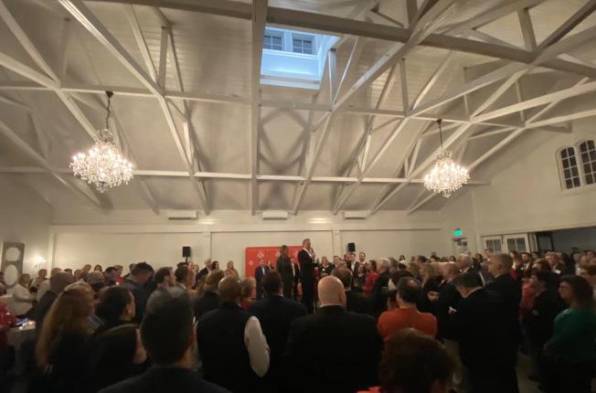將近300人參加2020州長候選人佛瑞斯特(Dan Forest)的耶誕招待會。(陳海娜提供)