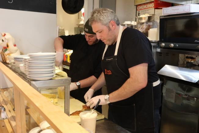 蒂托爾曼為食客準備中餐菜品。(記者張晨/攝影)