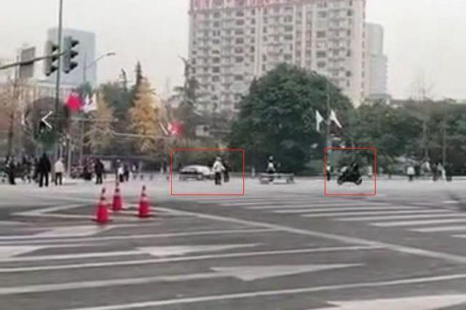 一輛摩托車直衝中日韓領導人車隊。 (視頻截圖)