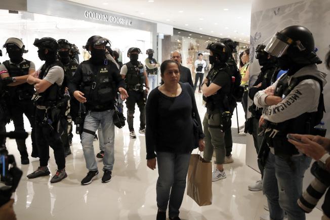 耶誕假期第二天,香港示威者26日又在多個商場聚集,防暴警察則進入商場追捕示威者。(美聯社)