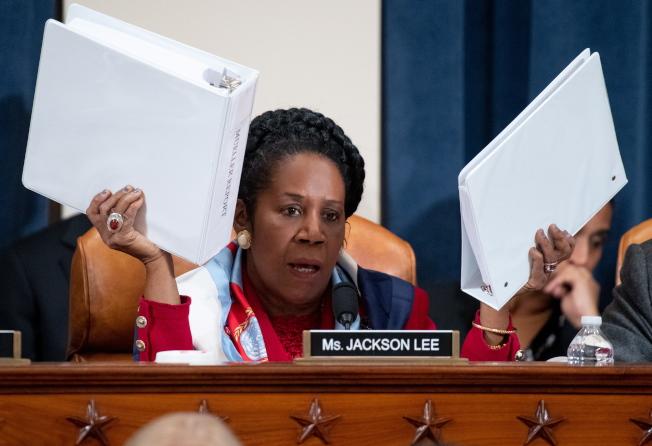 新證據顯示川普總統在穆勒調查時,也有妨礙調查的動作,圖為民主黨籍國會眾議員席拉.李在眾院進行彈劾聽證時,舉著穆勒報告質詢憲法權責。(歐新社)
