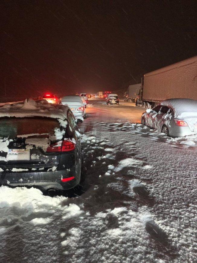 26日凌晨5號公路沿途部分路段下起大雪。(取自推特網友@r_t_c_94 )