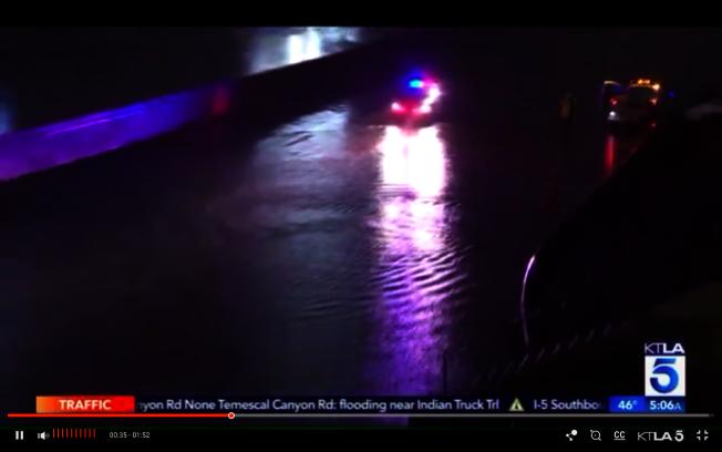 710號公路26日清晨出現大規模積水。(截圖自KTLA5)