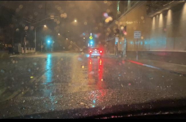 耶誕夜開始大雨襲擊南加,雨點如珠砸向地面。(記者高梓原/攝影)