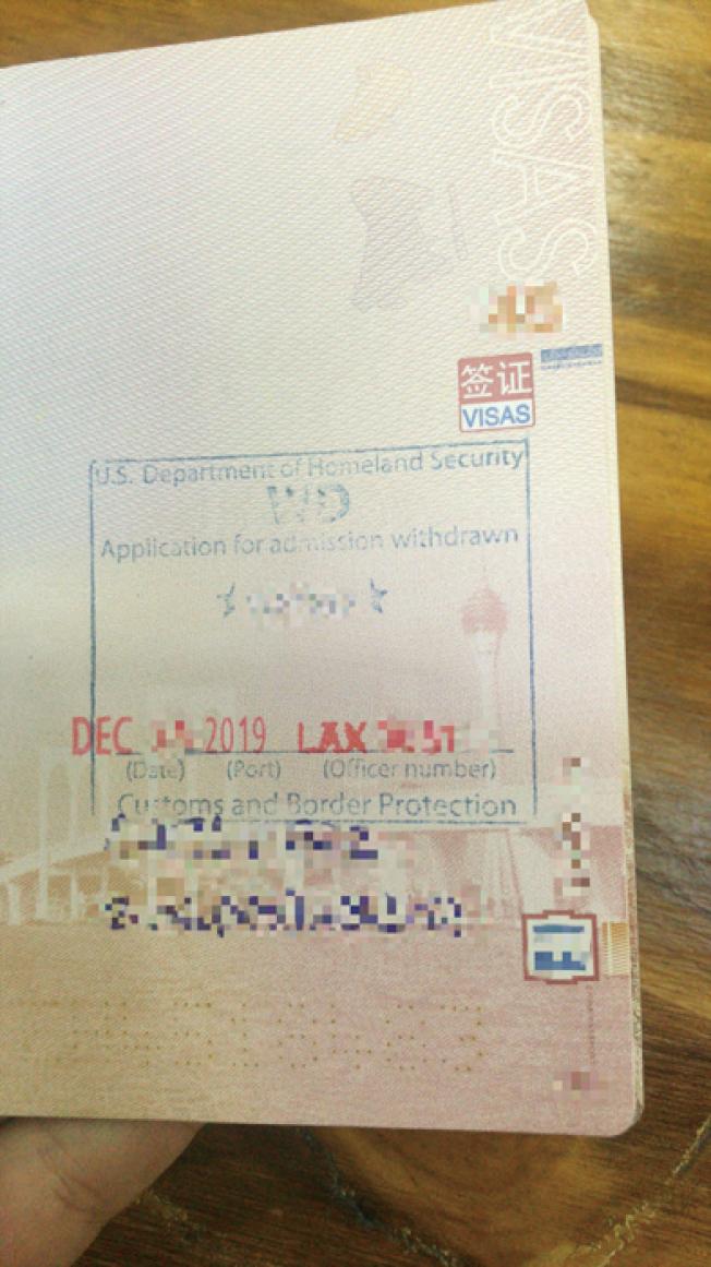 Tom一行三人持旅遊簽證進入洛杉磯,被海關遣返。圖為簽證撤銷後的照片。(Tom供圖)