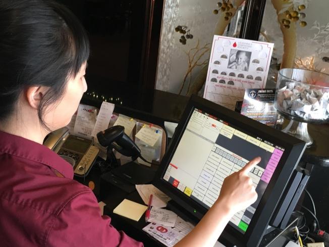 小費收入是服務業工作的最大動力,也藉此累積不少服務客人經驗。(賴蕙榆/攝影)