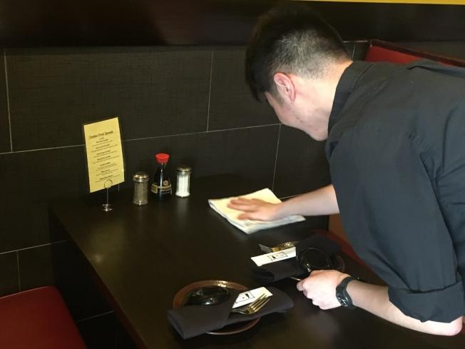 湯同學不想只當個「伸手牌」留學生,到學校臨近中餐館裡應徵清潔服務生工作。(賴蕙榆/攝影)