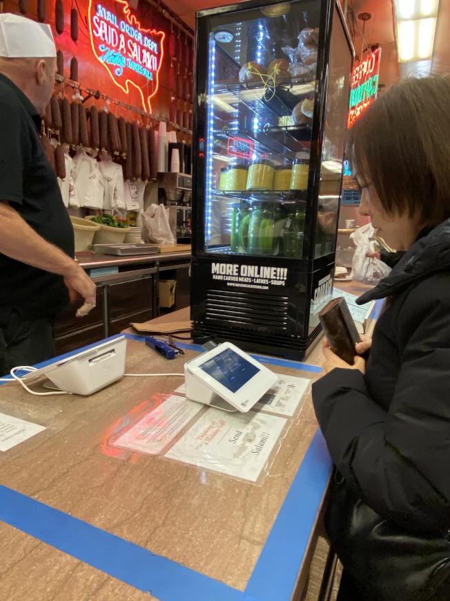 電子支付的收銀機,讓消費者被迫公開表態要給多少小費。(邵冰如/攝影)