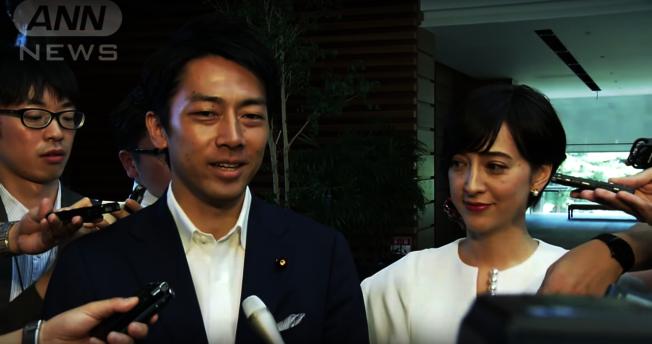 日本環境大臣小泉進次郎(左)與知名主播瀧川克莉絲汀今年8月宣布結婚。(翻拍自Youtube)