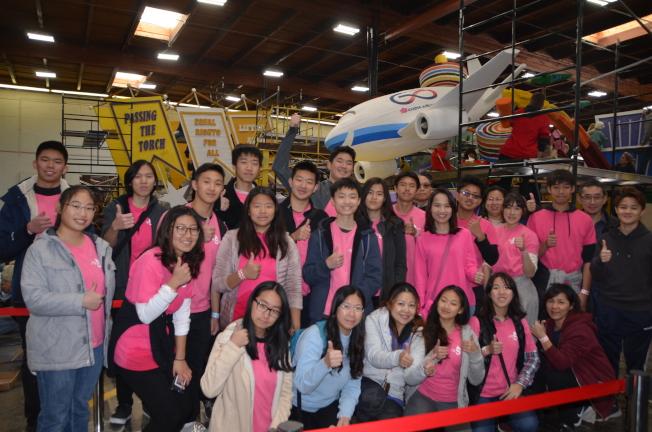 40多名僑委會海外青年文化志工及家長來幫忙裝飾華航花車。(記者王全秀子/攝影)
