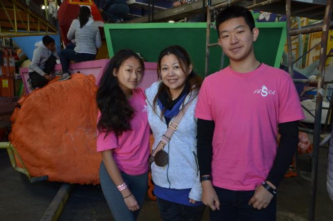 徐子軒(右)和媽媽(中)及妹妹(左)再度參加玫瑰花車裝飾志工。(記者王全秀子/攝影)