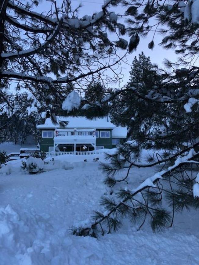 高山雪場及附近地區27日迎來超過三呎的新雪,多年罕見。(讀者提供)