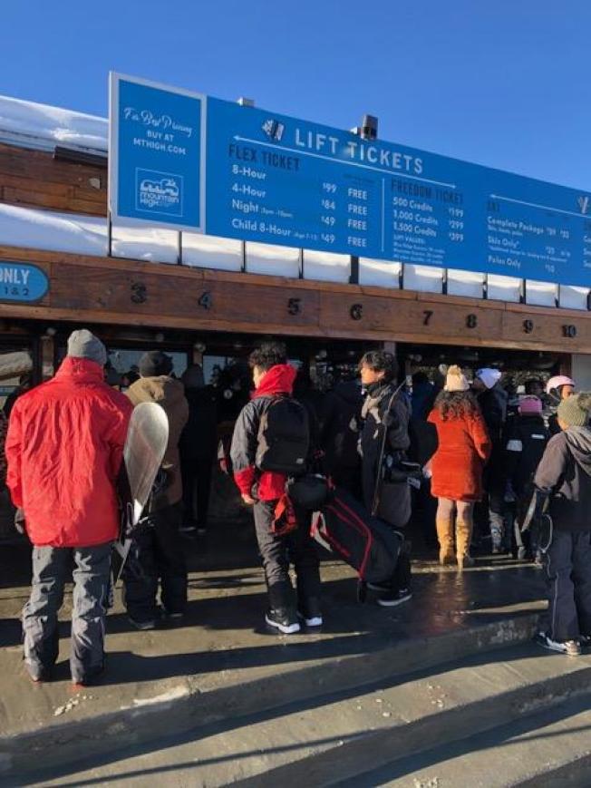 高山雪場及附近地區27日迎來超過三呎的新雪,多年罕見。不少冰雪發燒友週五開始上山滑雪,歡度新年到來之前的最後一個周末。(讀者提供)