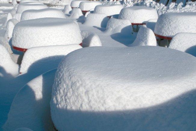 高山雪場及附近地區27日新雪多達三呎,多年罕見。(高山雪場提供)