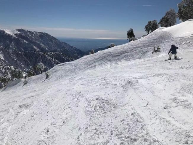 高山雪場及附近地區27日迎來超過三呎的新雪,多年罕見。不少冰雪發燒友周五開始上山滑雪,歡度新年到來之前的最後一個周末。(讀者提供)