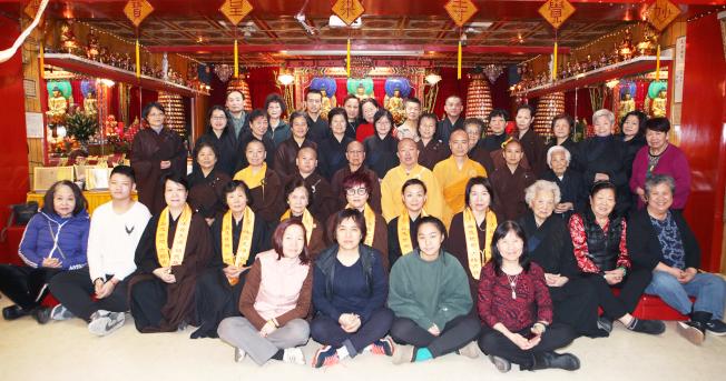 曼哈頓華埠妙覺寺一年一度「梁皇寶懺法會」日前舉行,首日便有數十名華裔居士親往吃齋參佛。妙覺寺住持宏如法師表示,此法會是老住持方丈保留下來的傳統,每年在新年到來之際都會誦經佛法以超度往生,祈願世界和平。當家師惟學法師則表示,農曆十二月初八日是釋迦牟尼佛成道日,亦名臘八節,妙覺寺今年和往年一樣,均有免費臘八粥布施,時間為2020年1月2日上午10時至12時。(圖:主辦方提供;文:記者張晨)