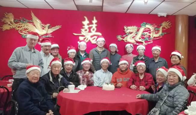 紐約法拉盛有28年歷史的中華民國退伍軍人組織「耆友會」日前在法拉盛舉行慶生會及歡度新年及耶誕節,該會百齡會員孫文佩出席,大家歡聚一堂,共度佳節。(圖與文:耆友會提供)