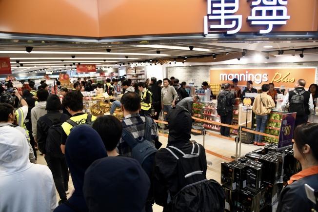 激進示威者28日下午於上水廣場及新都廣場聚集騷擾商戶,致使商場商戶拉閘,旅客紛紛離開商場。警方到場抓獲多人。(中通社)