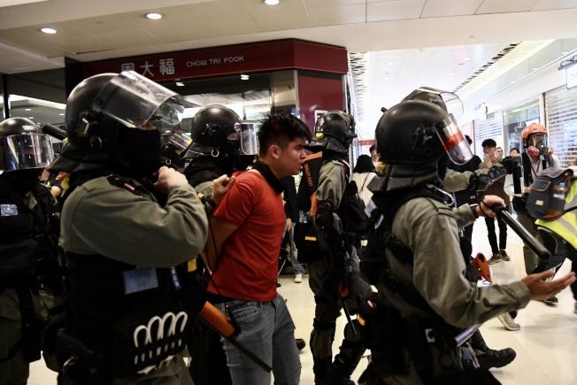 警方28日下午在上水廣場內抓獲一紅衣男子。激進示威者於上水聚集,並騷擾商戶及旅客。警方多次行動抓獲多人。(中通社)