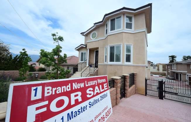 美國經濟雖旺,普通家庭購屋仍有困難。圖為加州蒙特瑞市待售房屋。(Getty Images)