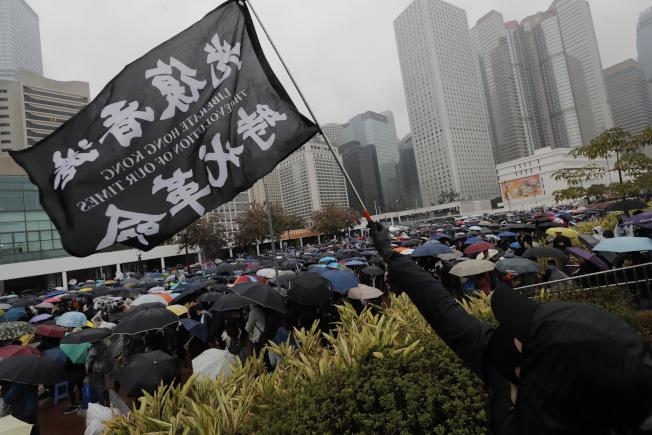 大批香港民眾29日冒雨到中環參加集會,堅持爭取五大訴求。(美聯社)
