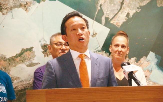 邱信福說,希望AB1482法案能使租房者安心,穩定。(記者李晗 / 攝影)