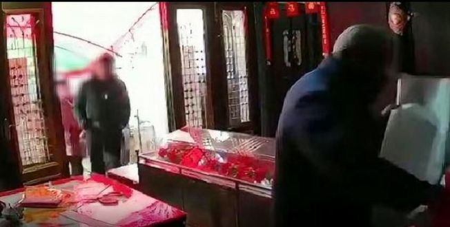 死者遺體停放在同居女子家中。(視頻截圖)