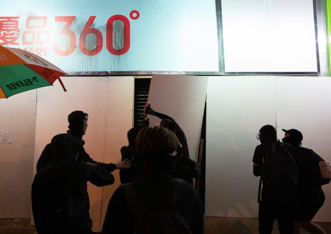 被指為「藍店」的連鎖零食銷售商「優品360」遭到多次砸毀。(歐新社資料照片)