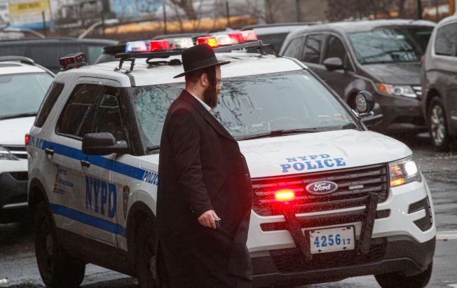 反猶情緒似乎高漲。紐約市是全美猶太裔最多的大城,一時之間猶太裔似乎人人自危,紐約市警30日在猶太裔社區加強巡邏戒備。(Getty Images)