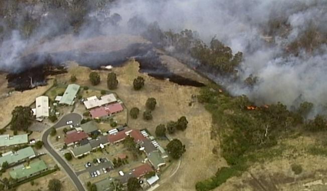 野火已暫停朝墨爾本北方郊區邦度拉(Bundoora)住宅區擴散,但火勢尚未獲得控制。(美聯社)
