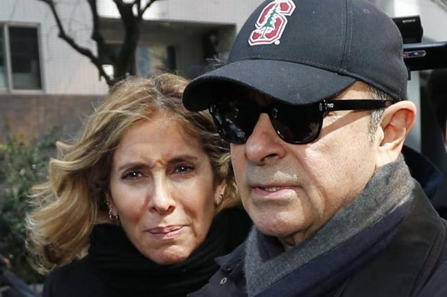 日產汽車前執行長高恩棄保潛逃到黎巴嫩,據信都是由他太太卡洛(左)安排。(美聯社)