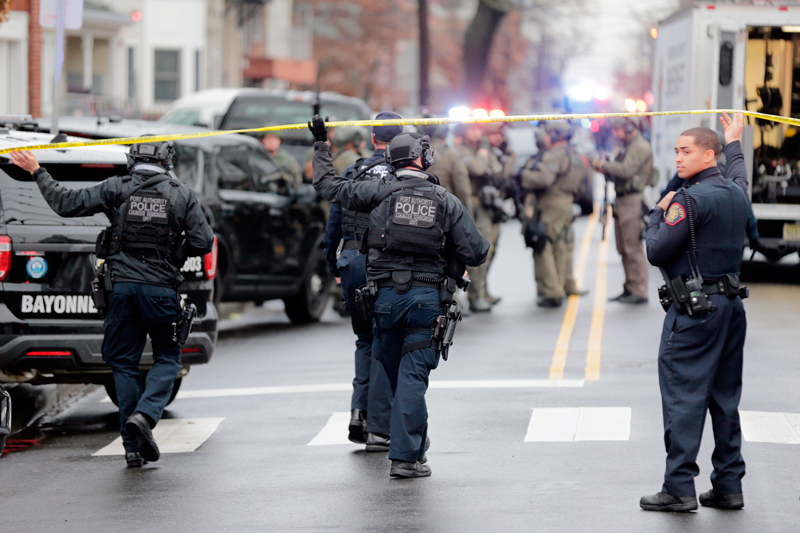 澤西市槍戰,大批警力抵達現場。(美聯社)