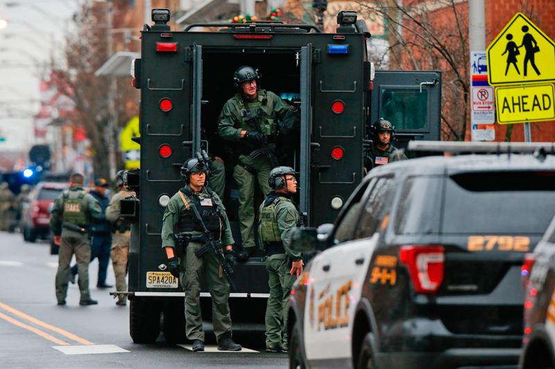 警方動員防暴卡車。(美聯社)