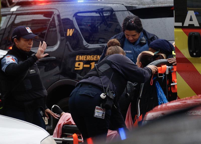 受傷員警送醫急救。(美聯社)