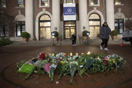 哥大巴納德學院內,12日擺放了許多悼念梅吉思的花束。(美聯社)