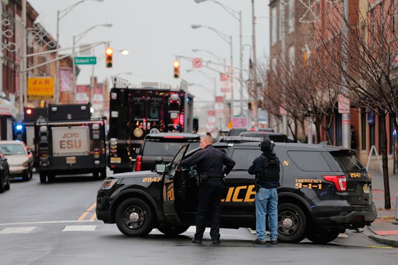 澤西市爆發槍戰,警方封鎖街道。(美聯社)