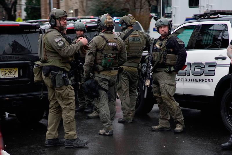 新州澤西市(Jersey City)10日下午爆發激烈槍戰。(美聯社)