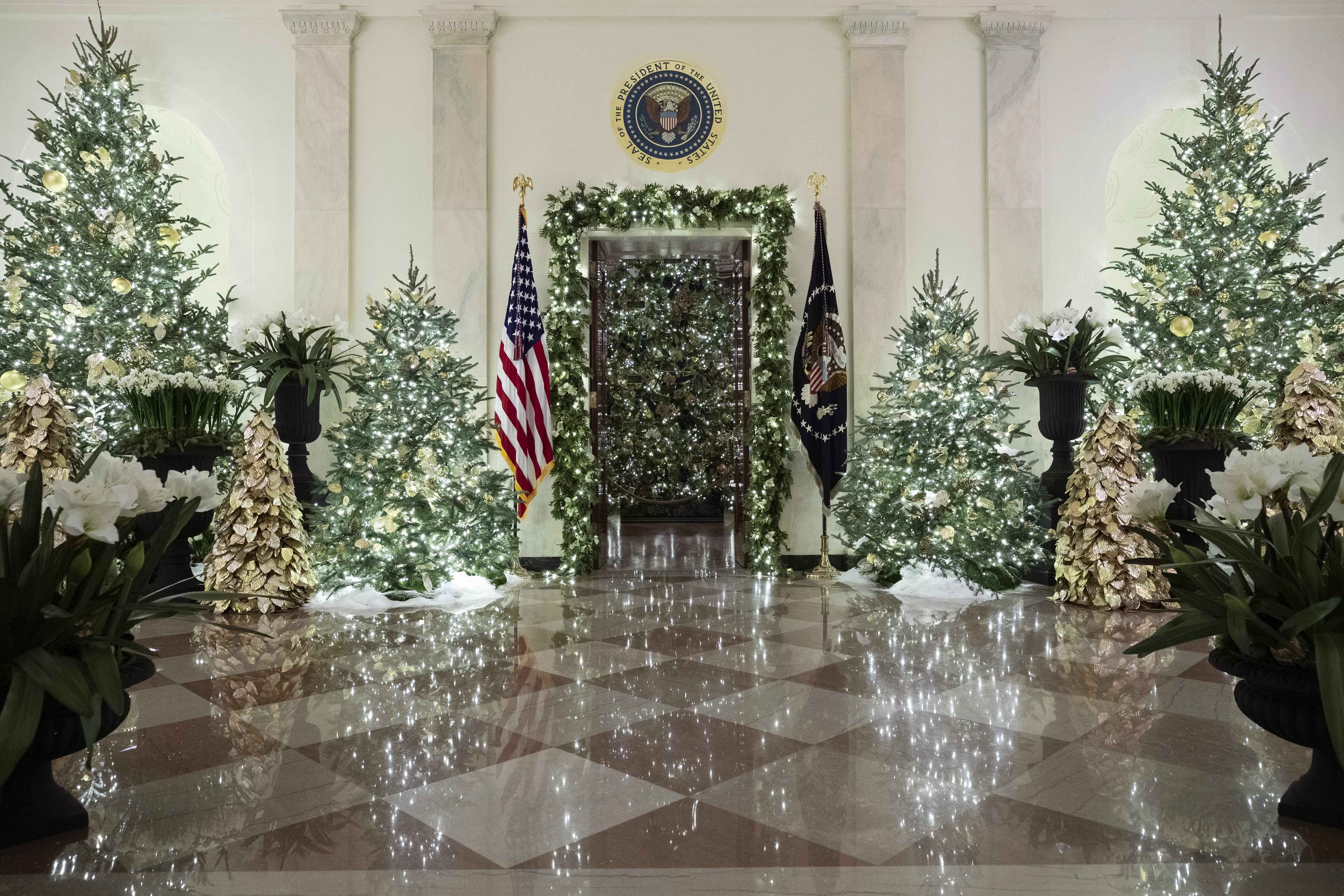 白宮本月2日已換上耶誕新裝。白宮日前放出影片,記錄第一夫人梅蘭妮亞裝扮各廳。(美聯社)