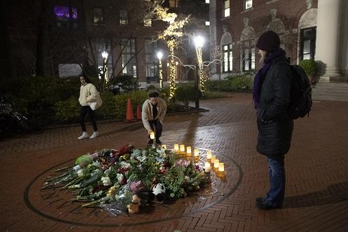 巴納德學院一些學生在校園內擺放花束及蠟燭,悼念遇襲身亡的大一女生梅吉思。(美聯社)