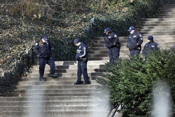 警方12日在梅吉思遇害的晨邊公園階梯蒐證。(美聯社)
