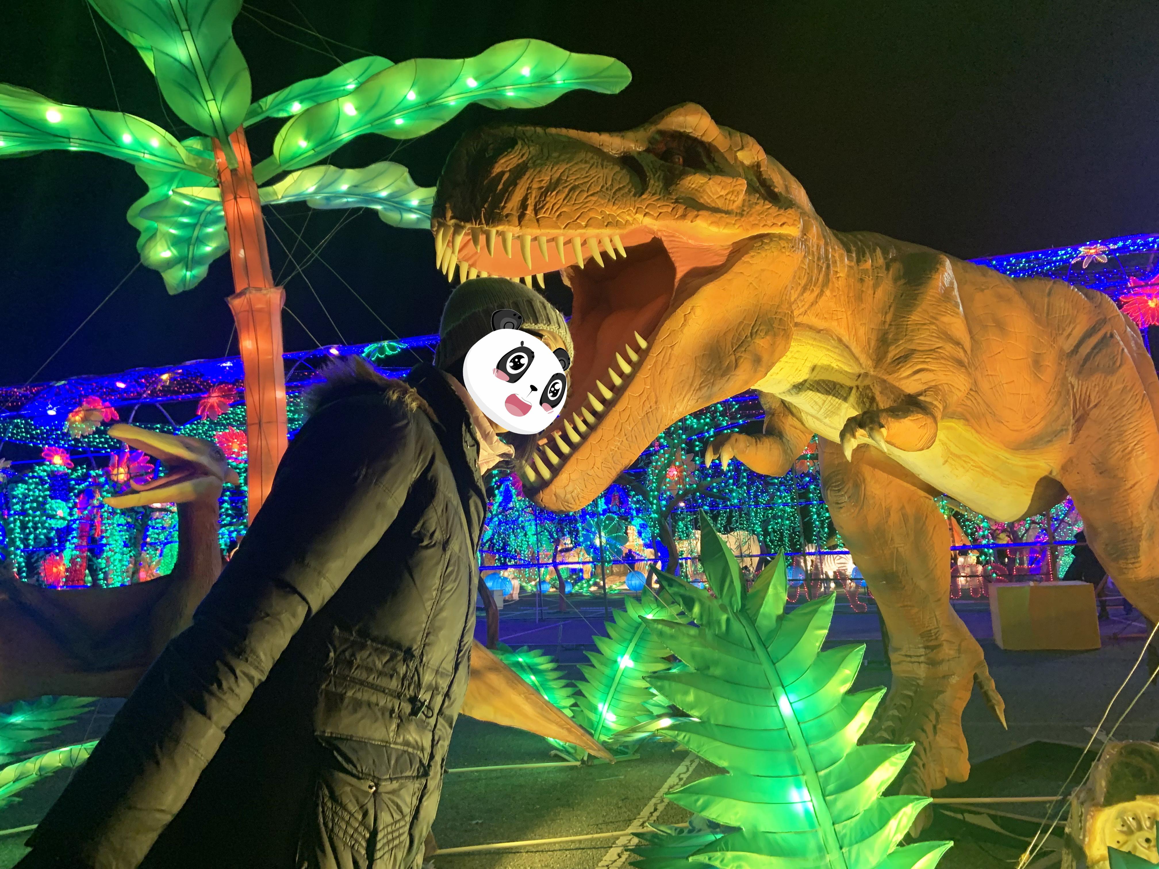 網友最愛把頭伸進恐龍嘴巴,假裝驚恐。網友Margaret/提供