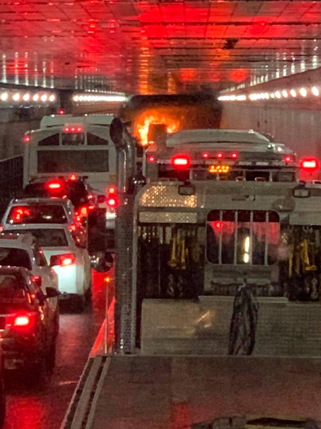 林肯隧道火燒車後塞車的狀況。圖由Darren Yang提供