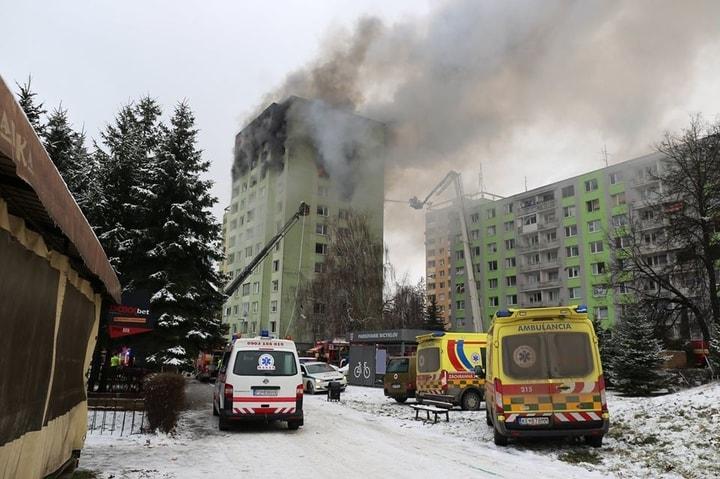 失事公寓樓高12層,大火燃燒4到5層樓。(Getty Images)