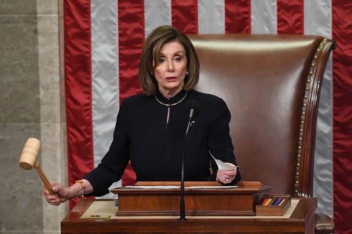 眾院議長波洛西敲下槌子通過彈劾第一條款。美聯社
