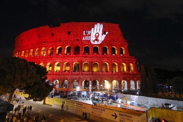 義大利羅馬競技場在這天打燈映照著白色手掌與紅絲帶。美聯社
