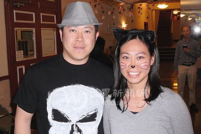 劉傳凱(左)和妻子此前在皇后區的一場萬聖節派對上。(Richard Rolandi提供)